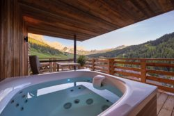 hotel_fanes_-_dolomites_mountain_spa_suite_whirlpool